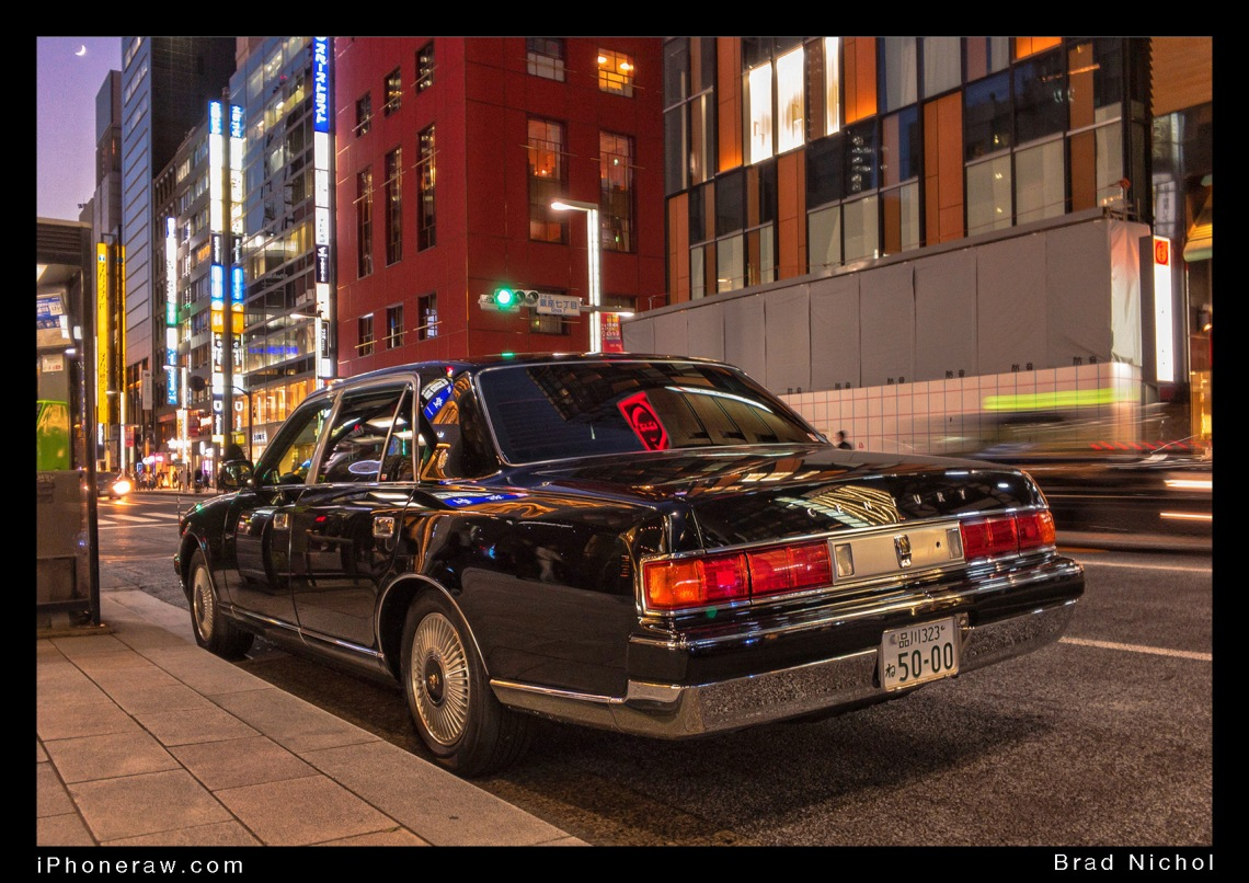 Toyota Century waiting on Ginza Strip, dark blue, series 2, V12